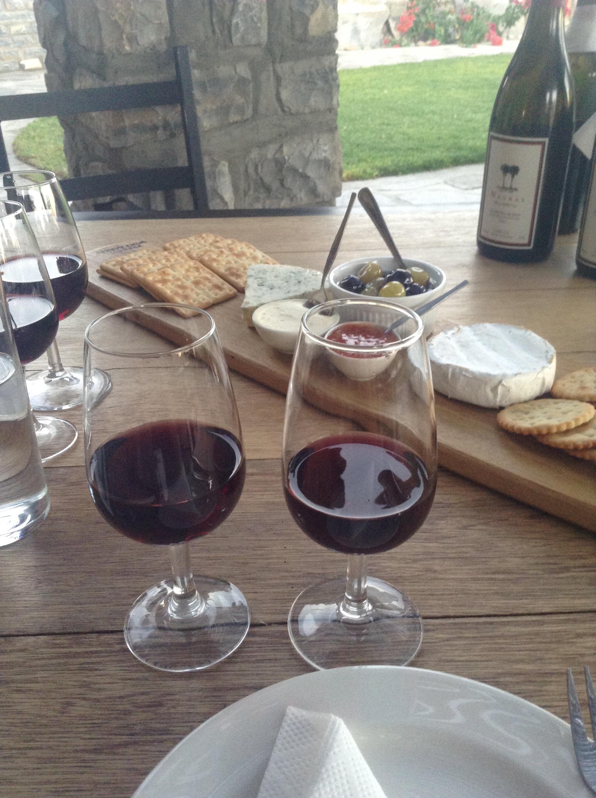 試飲コースではチーズなどのつまみ付き。ボトル1本づつ試飲できる大判振る舞い