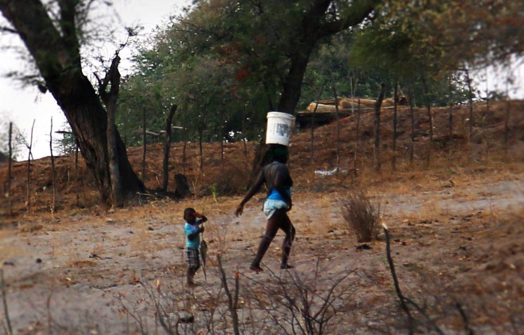 アフリカ 水汲み